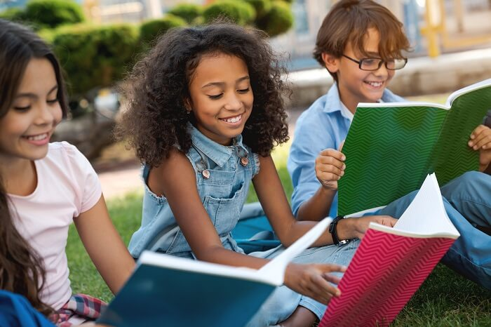 Grupo de crianças com cadernos na mão