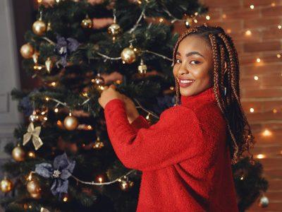Mulher Negra Montando árvore De Natal