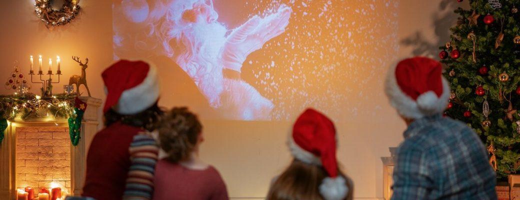 Família Com Gorro De Natal Assistindo Filmes De Natal