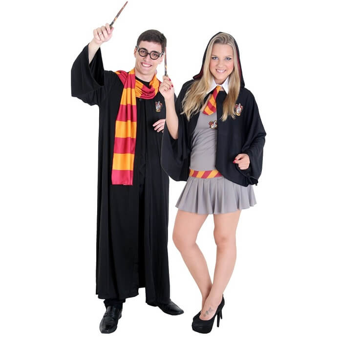Fantasia para casal de carnaval inspirada nos uniformes de Hogwarts, da casa Grifinória