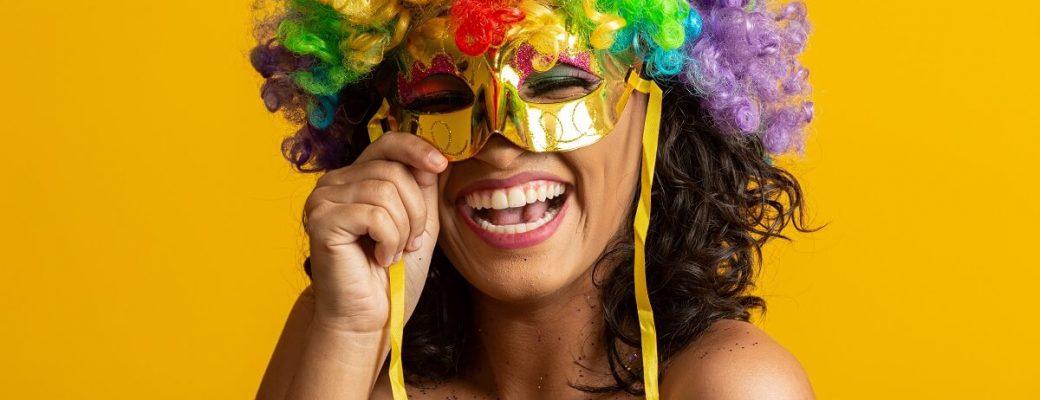 Menina Com Máscara Em Festa De Carnaval Em Casa