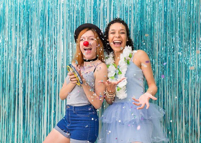 Duas amigas fantasiadas em festa de carnaval em casa