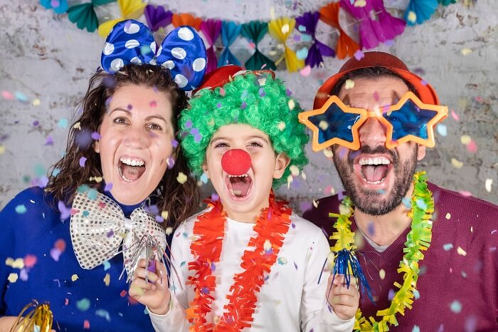 Família fantasiada em festa de carnaval em casa