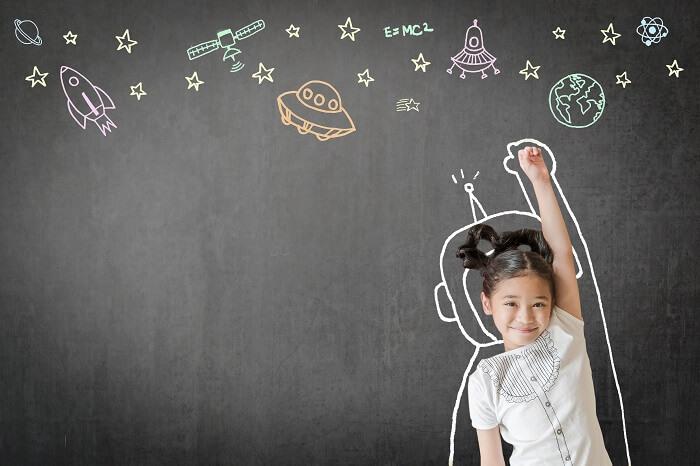 Menina asiática brincando de astronauta