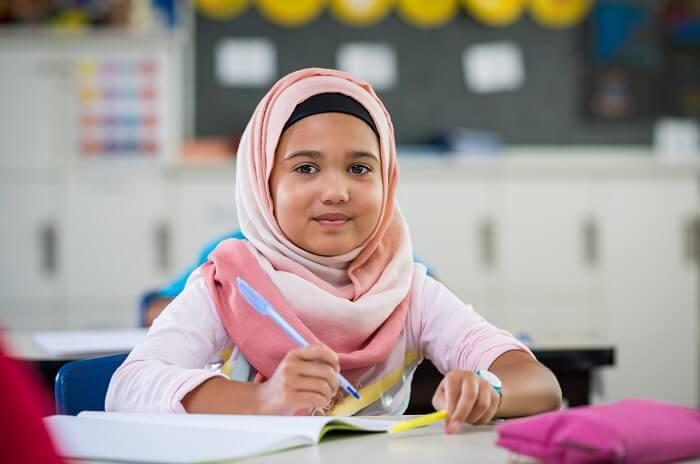 Menina islã em escola