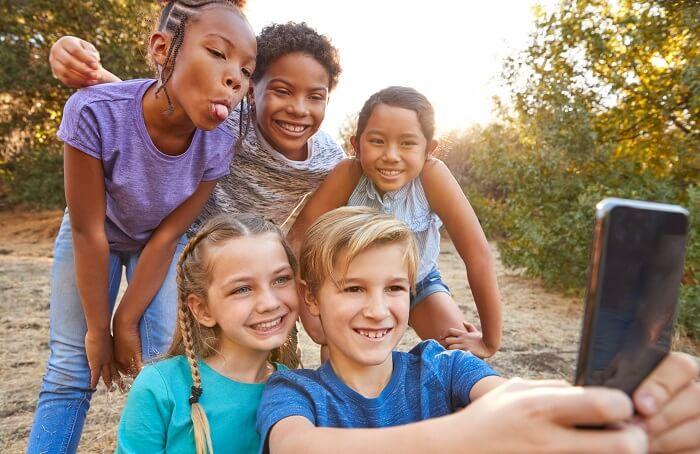 Crianças diversas tirando selfie