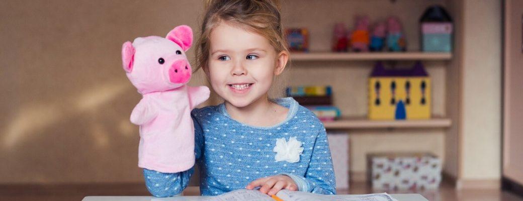 Menina Brincando Com Boneco De Fantoche De Porco