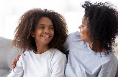 Menina Negra Conversando Com A Mãe