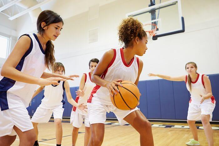 Meninas jogando basquete
